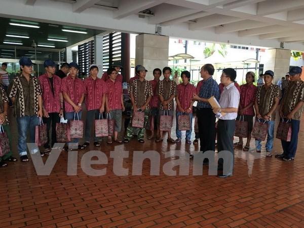 越南驻印尼大使馆继续把被印尼扣留的越南渔民送回国 hinh anh 1