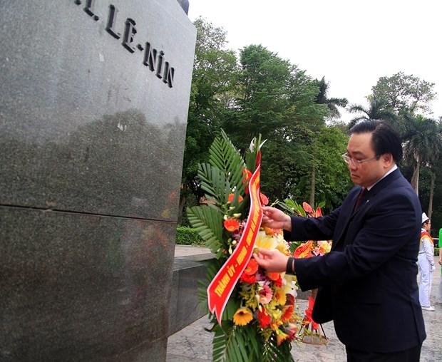 河内市领导人向列宁塑像敬献花圈 纪念列宁诞辰146周年 hinh anh 1