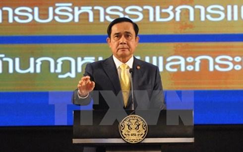 """泰国""""红衫军""""和""""黄衫军""""两大政治势力领导人对新宪法草案表态迥异 hinh anh 1"""
