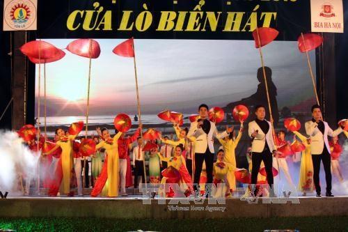 越南政府副总理王廷惠出席2016年炉门旅游节开幕式 hinh anh 2