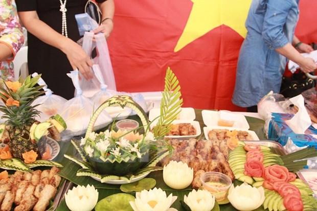 越南饮食文化颇受外国游客的青睐 hinh anh 1