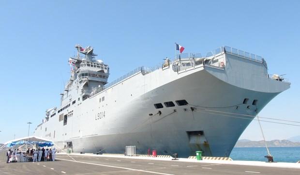 法国海军两栖登陆舰抵达金兰国际港 开始对越进行友好访问 hinh anh 1