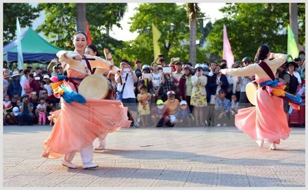 2016年顺化文化节:热闹非凡的街头艺术节 hinh anh 1
