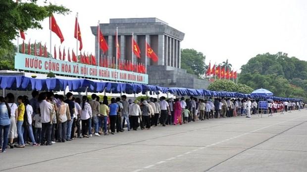 4·30和5·1假期期间逾6.3万人拜谒胡志明主席陵墓 hinh anh 1
