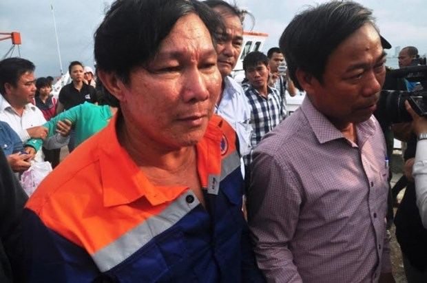 遭不明身份船只撞沉的广南省渔船的34名遇险渔民已被安全送至陆地 hinh anh 3