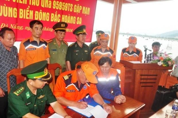 遭不明身份船只撞沉的广南省渔船的34名遇险渔民已被安全送至陆地 hinh anh 2