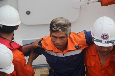 遭不明身份船只撞沉的广南省渔船的34名遇险渔民已被安全送至陆地 hinh anh 1