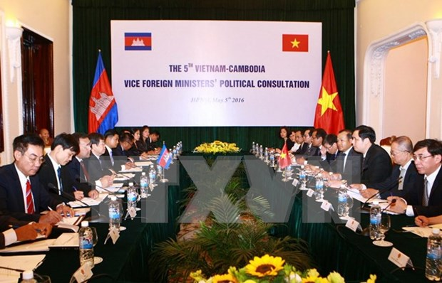 柬埔寨外交与国际合作部国务秘书翁肖恩拜会越南政府副总理兼外交部长范平明 hinh anh 1