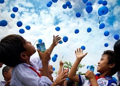 """越南乳制品公司和""""越南长高""""牛奶基金会向4万名贫困儿童免费赠送牛奶 hinh anh 1"""