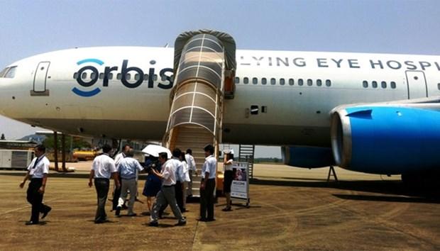 奥比斯眼科飞行医院为九龙江三角洲眼病患者免费手术治疗 hinh anh 1