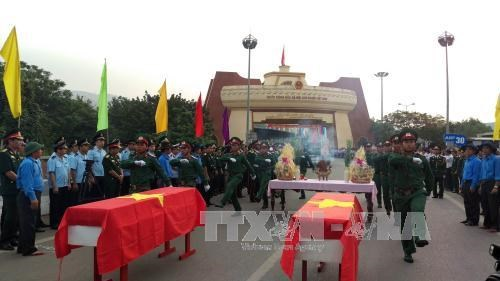在老挝牺牲的烈士遗骸安葬仪式在广治省隆重举行 hinh anh 1