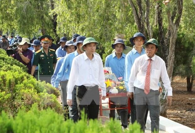 在柬烈士遗骸悼念安葬仪式在得乐省举行 hinh anh 1