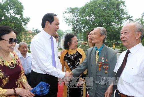 国家主席陈大光与曾服务和保卫胡志明主席的干部战士会面 hinh anh 1