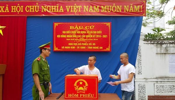 越南第十四届国会和各级人民议会代表换届选举投票活动在全国各地开始举行 hinh anh 1