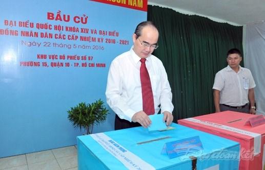 越南党、国家领导人参加投票 行使自己的民主权利 hinh anh 5