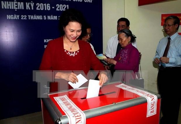 越南党、国家领导人参加投票 行使自己的民主权利 hinh anh 3