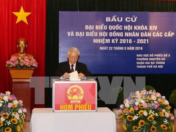 越南党、国家领导人参加投票 行使自己的民主权利 hinh anh 1
