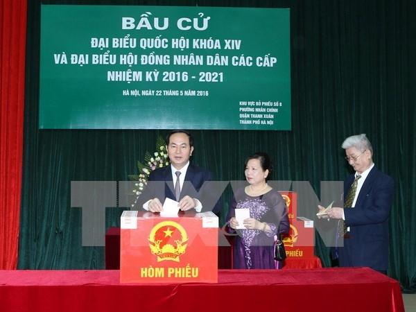 越南党、国家领导人参加投票 行使自己的民主权利 hinh anh 2
