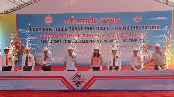 越南河静市举行二线城市发展项目启动仪式 hinh anh 1