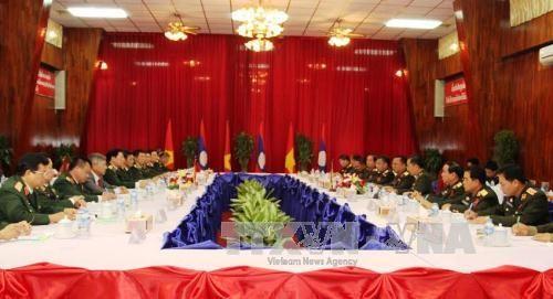 越南与老挝防长举行会谈 同意加强两国军队各领域的合作 hinh anh 1