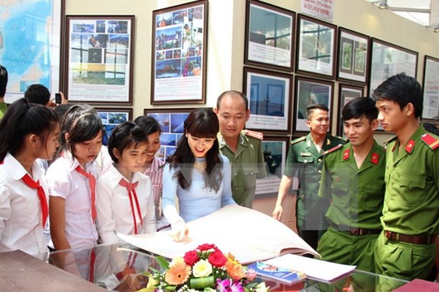 """""""黄沙、长沙归属越南:历史证据和法律依据""""地图资料展在平福省举行 hinh anh 1"""