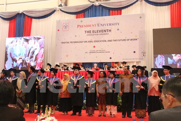 印尼总统大学为越南等国留学生举行毕业典礼 hinh anh 1