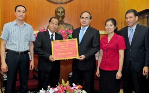 老挝向越南旱区和海水入侵灾区灾民移交善款 hinh anh 1