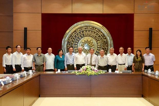 越南国会副主席汪周刘会见富安省历代国会代表团 hinh anh 2