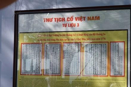 """""""黄沙长沙归属越南——历史和法理证据""""地图和资料展在义安省举行 hinh anh 2"""