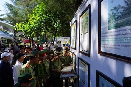 """""""黄沙长沙归属越南——历史和法理证据""""地图和资料展在义安省举行 hinh anh 3"""