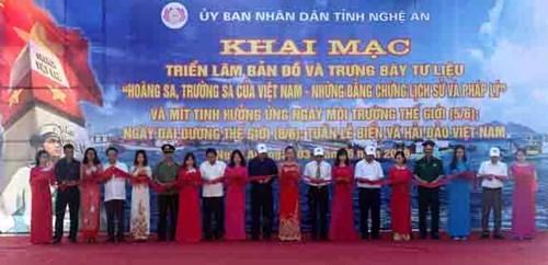 """""""黄沙长沙归属越南——历史和法理证据""""地图和资料展在义安省举行 hinh anh 1"""