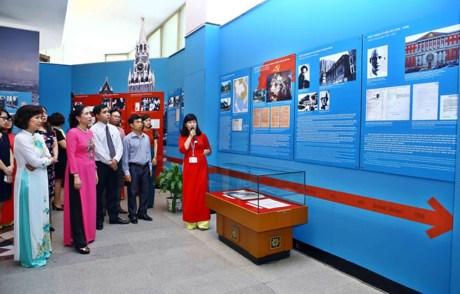 胡志明主席出国寻找救国之路105周年展览会在河内举行 hinh anh 1