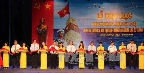 """""""黄沙和长沙归属越南——历史证据和法律依据""""地图资料展在平阳省举行 hinh anh 1"""