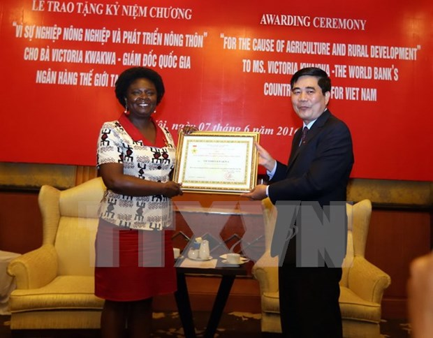 越南农业与农村发展部授予维多利亚·克瓦女士纪念章 hinh anh 1