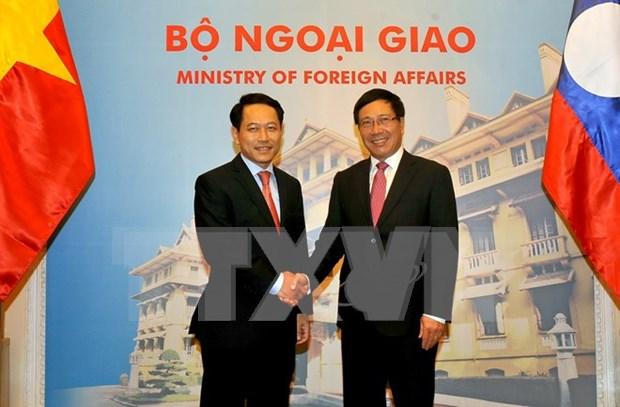 政府副总理兼外长范平明与老挝外交部长沙伦赛·贡玛希举行会谈 hinh anh 1