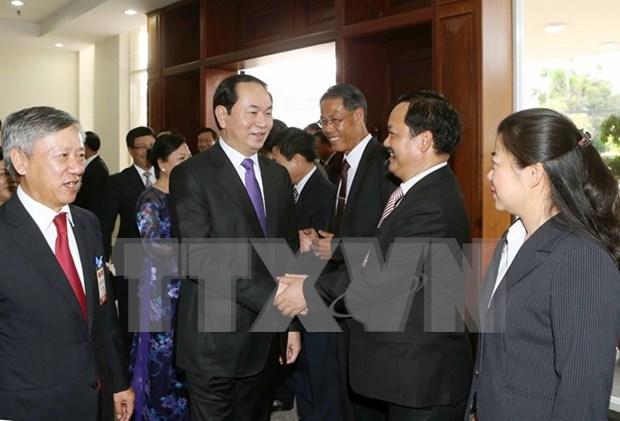 国家主席陈大光会见越南驻老大使馆工作人员和旅老越南人代表 hinh anh 1