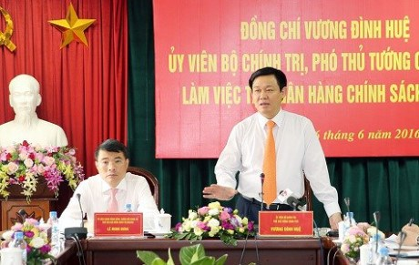 王廷惠副总理赴越南社会政策银行调研 hinh anh 1