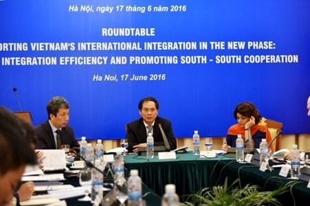 促进南南合作的圆桌会议在河内举行 hinh anh 1