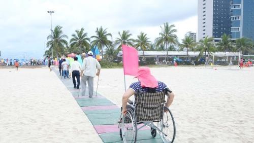 岘港首个海滩残疾人通道正式投入使用 hinh anh 1