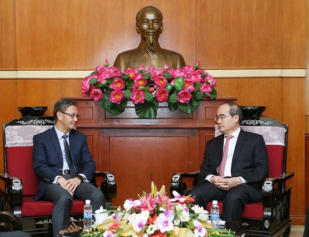 越南祖国阵线中央委员会主席阮善仁会见老挝新任驻越大使 hinh anh 1
