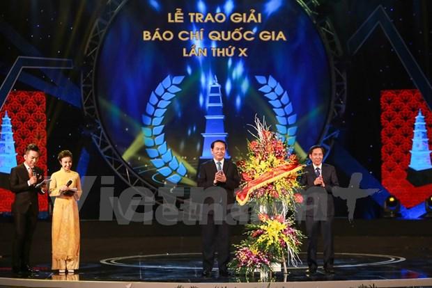 国家主席陈大光出席第十届国家新闻奖颁奖仪式 hinh anh 1