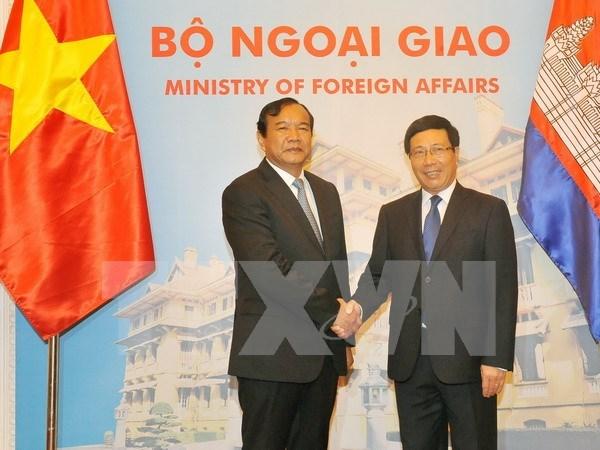 越南政府副总理兼外长范平明同柬埔寨国务兼外交国际合作部大臣布拉索昆举行会谈 hinh anh 1