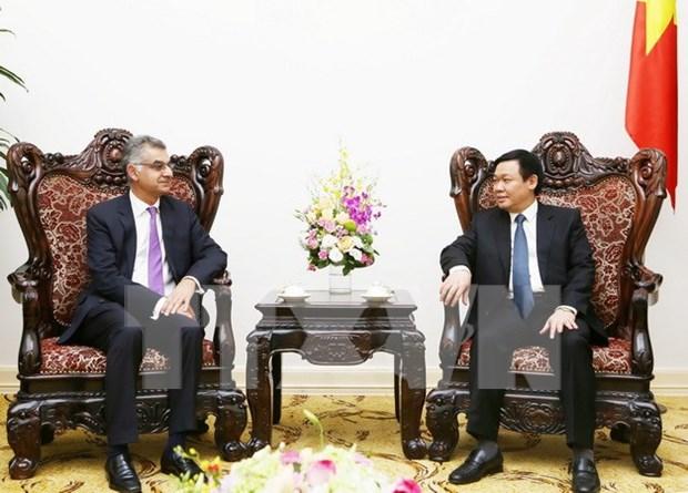 越南政府副总理王廷惠会见渣打银行越南分行行长萨普鲁 hinh anh 1