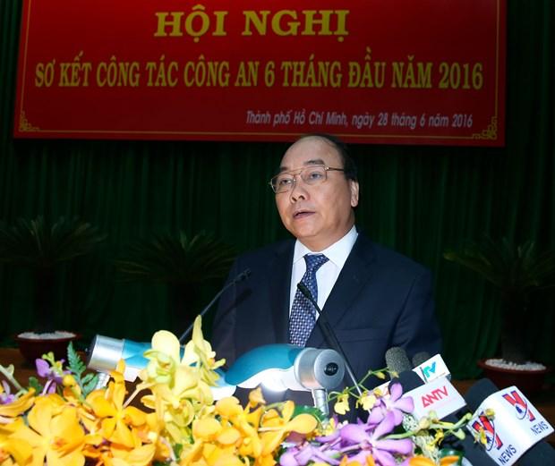 越南政府总理阮春福出席2016年上半年公安工作总结会议 hinh anh 1