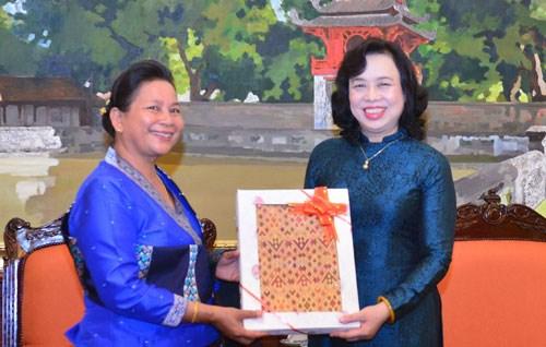 河内市与老挝首都万象妇女加强合作 hinh anh 1