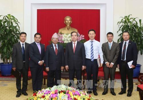 越共中央经济部部长阮文平会见尼泊尔共产党(联合马列)代表团 hinh anh 2