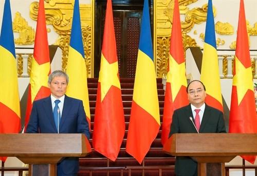 越南政府总理阮春福与罗马尼亚总理达契安•乔洛什举行会谈 hinh anh 3