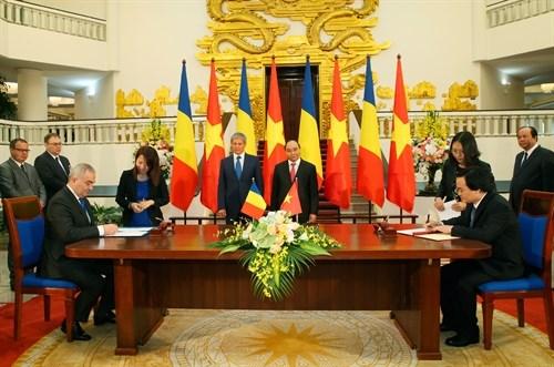 越南政府总理阮春福与罗马尼亚总理达契安•乔洛什举行会谈 hinh anh 4