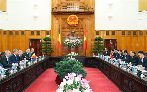 越南政府总理阮春福与罗马尼亚总理达契安•乔洛什举行会谈 hinh anh 2