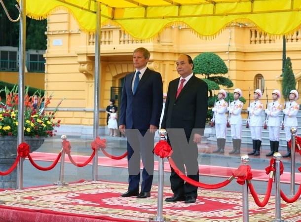 越南政府总理阮春福与罗马尼亚总理达契安•乔洛什举行会谈 hinh anh 1